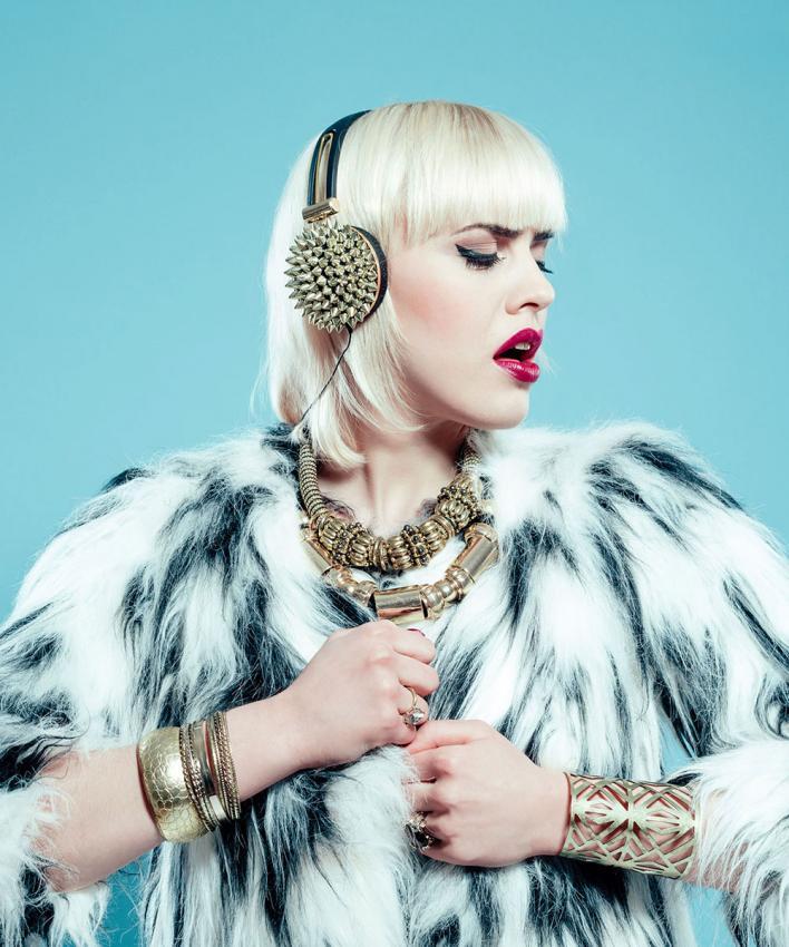 https://cf.ltkcdn.net/jewelry/images/slide/200734-708x850-woman-with-jewelry-and-fur-coat.jpg