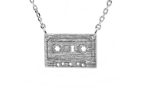 https://cf.ltkcdn.net/jewelry/images/slide/209430-500x333-Cassette-Necklace.jpg