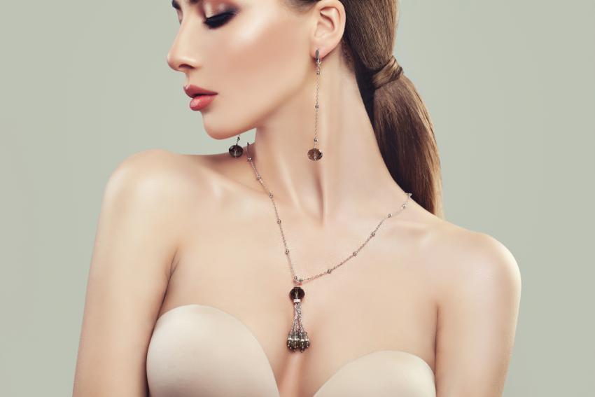 https://cf.ltkcdn.net/jewelry/images/slide/233695-850x567-woman-with-jewerly.jpg
