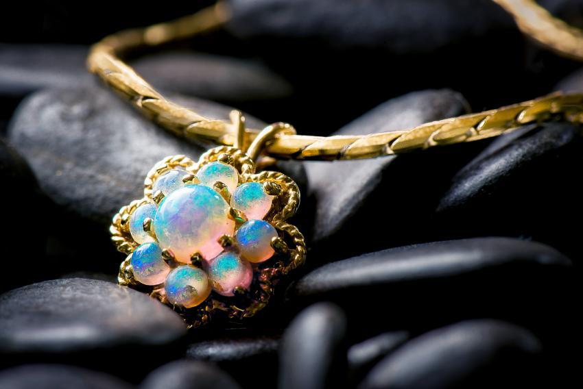 https://cf.ltkcdn.net/jewelry/images/slide/233697-850x568-opal-pendant.jpg