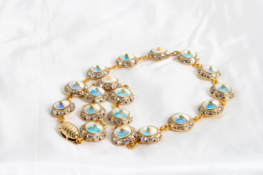 https://cf.ltkcdn.net/jewelry/images/slide/233707-850x567-opal-necklace.jpg
