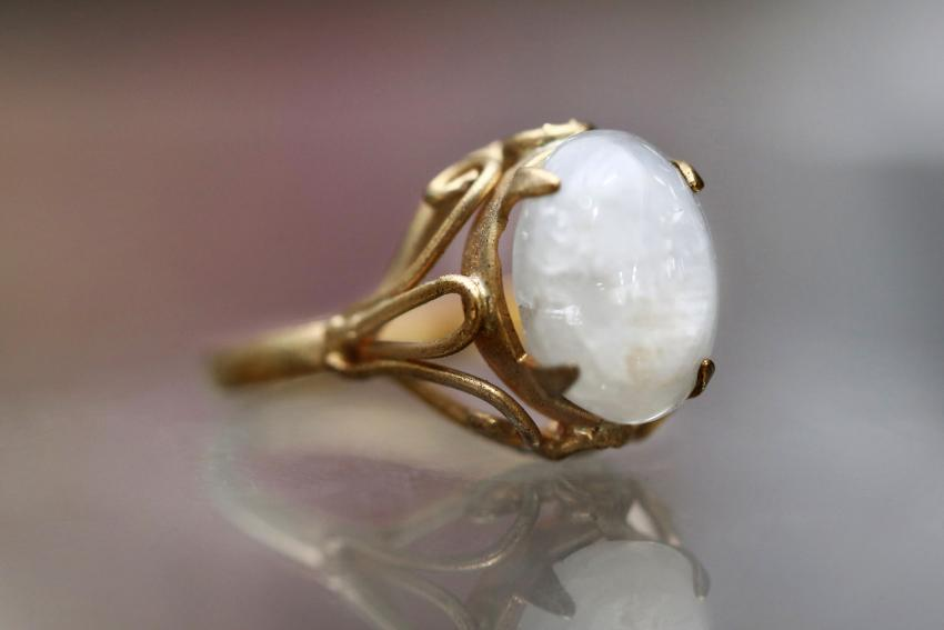 https://cf.ltkcdn.net/jewelry/images/slide/233718-850x567-opal-white-gem.jpg