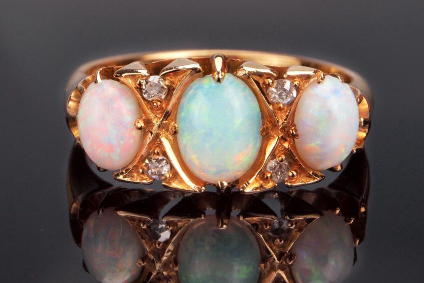 https://cf.ltkcdn.net/jewelry/images/slide/233732-850x567-antique-ring.jpg