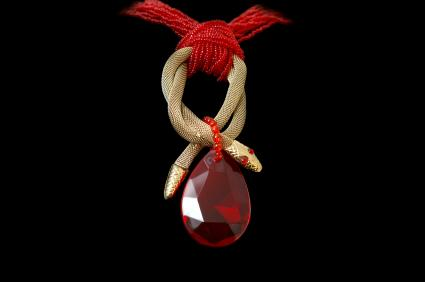 https://cf.ltkcdn.net/jewelry/images/slide/47648-425x282-3redsnake.jpg