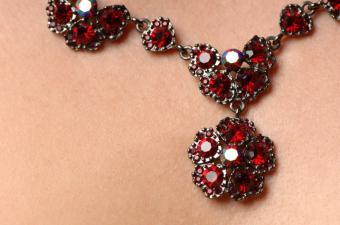 https://cf.ltkcdn.net/jewelry/images/slide/132049-850x563r1-ruby-necklace.jpg