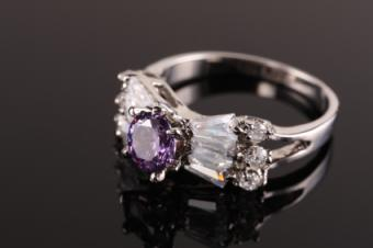 https://cf.ltkcdn.net/jewelry/images/slide/142724-425x282-amethyst_diamond_ring.jpg