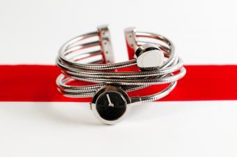 https://cf.ltkcdn.net/jewelry/images/slide/159963-850x563r1-silver-cuff-2.jpg