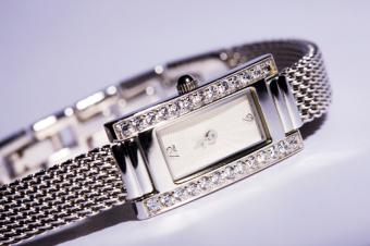 https://cf.ltkcdn.net/jewelry/images/slide/159969-849x565r1-silver-cuff-8.jpg