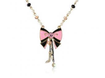 https://cf.ltkcdn.net/jewelry/images/slide/167827-800x600-BetseyJ-Paris-Bow-Necklace-new.jpg