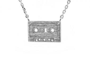 https://cf.ltkcdn.net/jewelry/images/slide/209430-500x333-Cassette-Necklace.jpg