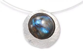 https://cf.ltkcdn.net/jewelry/images/slide/209469-500x333-Chunky-pendant.jpg