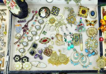 https://cf.ltkcdn.net/jewelry/images/slide/254138-850x595-5_antique_jewelry.jpg