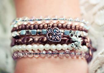 https://cf.ltkcdn.net/jewelry/images/slide/254146-850x595-10_crafted_bracelets.jpg