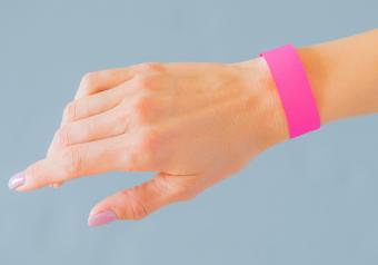 https://cf.ltkcdn.net/jewelry/images/slide/254149-850x595-13_silicone_wristband.jpg