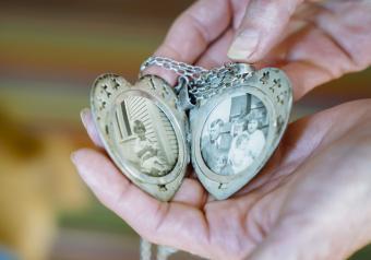 https://cf.ltkcdn.net/jewelry/images/slide/254151-850x595-15_locket.jpg