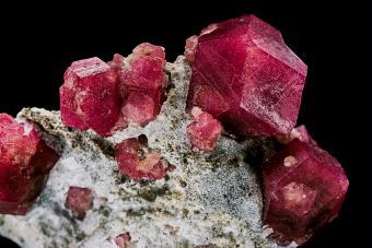 Calcium-aluminium mineral. Garnet.