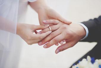 https://cf.ltkcdn.net/jewelry/images/slide/273299-850x566-man-wedding-ring.jpg