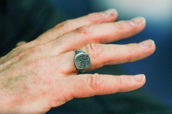https://cf.ltkcdn.net/jewelry/images/slide/273319-850x566-football-ring.jpg
