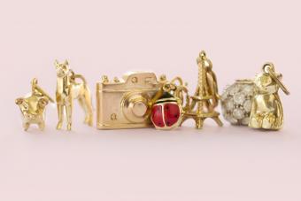 https://cf.ltkcdn.net/jewelry/images/slide/273576-850x566-fashion-jewelry-trends-charms.jpg