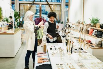 women buying jewerly