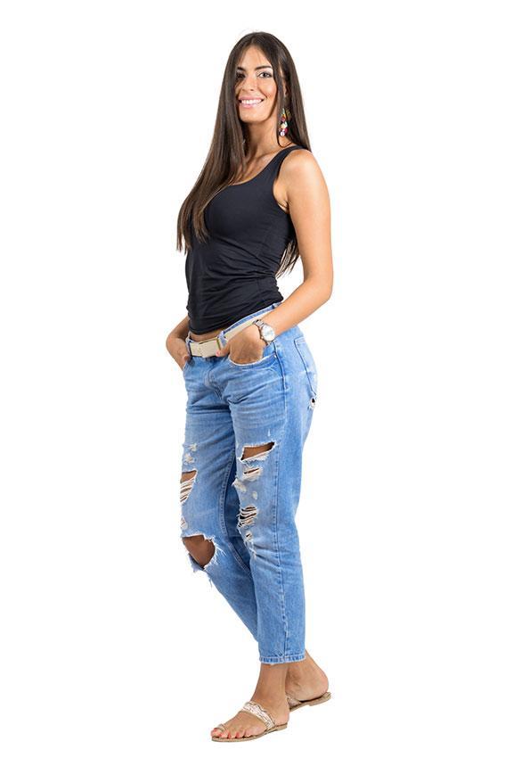 https://cf.ltkcdn.net/jobs/images/slide/189913-567x850-casual-woman-in-ripped-jeans.jpg