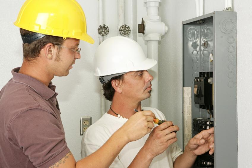 https://cf.ltkcdn.net/jobs/images/slide/33432-849x565-electrician_training.JPG