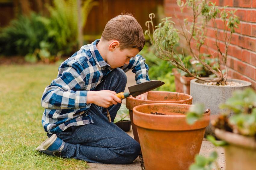 https://cf.ltkcdn.net/kids/images/slide/237829-850x567-boy-gardening.jpg