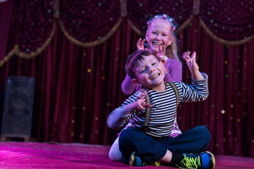 https://cf.ltkcdn.net/kids/images/slide/237830-850x567-kids-performing-on-stage.jpg