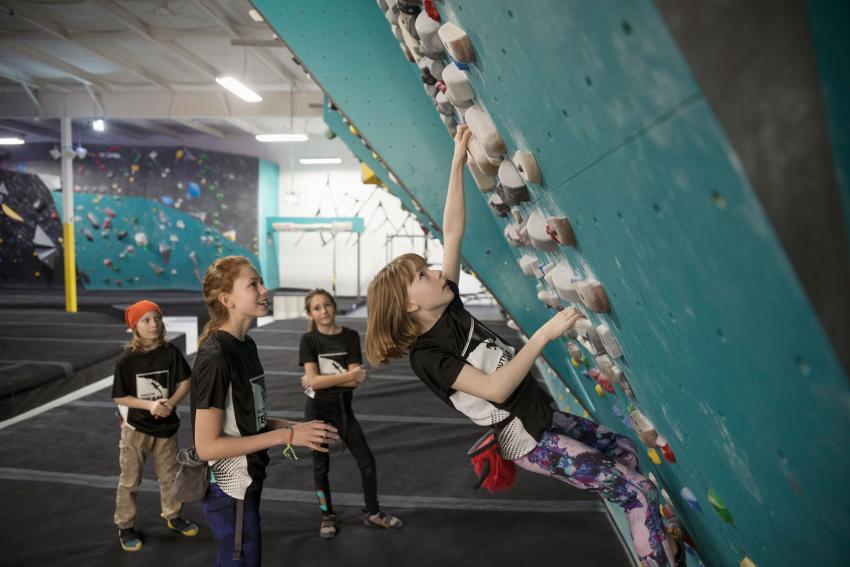 https://cf.ltkcdn.net/kids/images/slide/241054-850x567-kids-practicing-rock-climbing.jpg