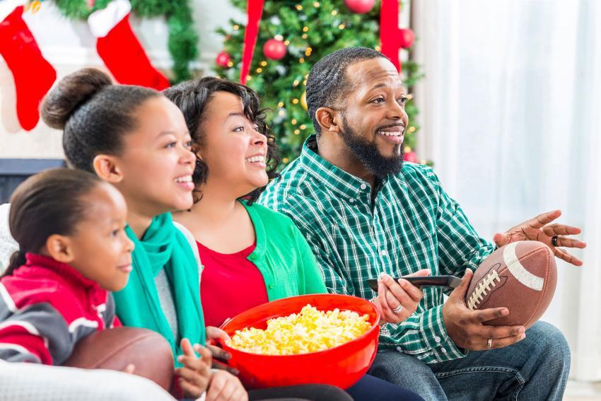 https://cf.ltkcdn.net/kids/images/slide/241055-850x567-family-watching-football-together.jpg