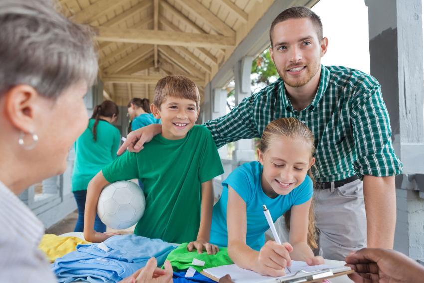 https://cf.ltkcdn.net/kids/images/slide/241061-850x567-signing-kids-up-for-sports.jpg