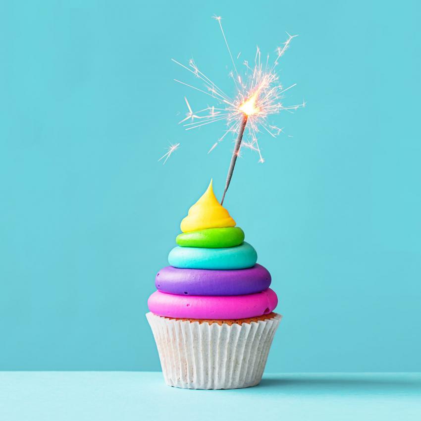 https://cf.ltkcdn.net/kids/images/slide/241228-850x850-rainbow-cupcake-with-sparkler.jpg
