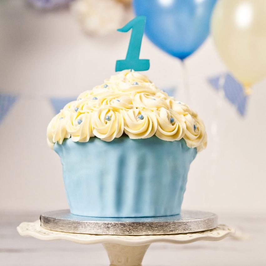 https://cf.ltkcdn.net/kids/images/slide/241232-850x850-giant-blue-cupcake.jpg