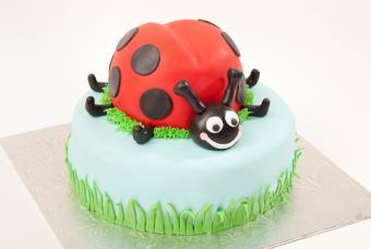 https://cf.ltkcdn.net/kids/images/slide/146903-800x536r1-Ladybug-bday-cake.jpg