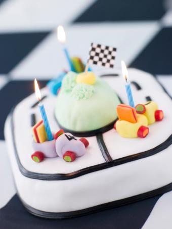 https://cf.ltkcdn.net/kids/images/slide/146904-600x800r1-Race-car-bday-cake.jpg