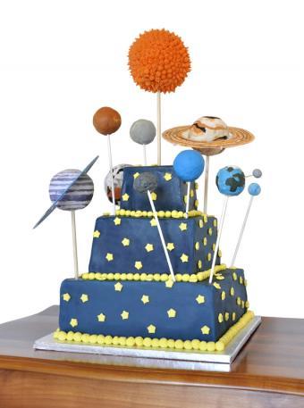 https://cf.ltkcdn.net/kids/images/slide/146907-595x800r1-Astronomy-bday-cake.jpg