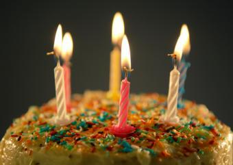 https://cf.ltkcdn.net/kids/images/slide/147346-824x583r1-Cake-covered-in-sprinkles.jpg