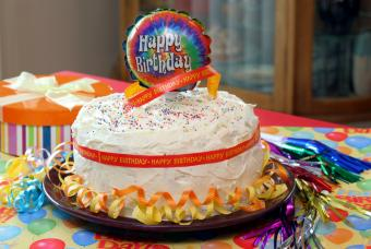 https://cf.ltkcdn.net/kids/images/slide/147353-800x537r1-Cake-trimmed-with-ribbons-and-a-balloon.jpg