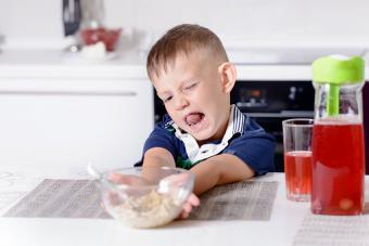 https://cf.ltkcdn.net/kids/images/slide/191354-850x567-child-pushing-food-away.jpg