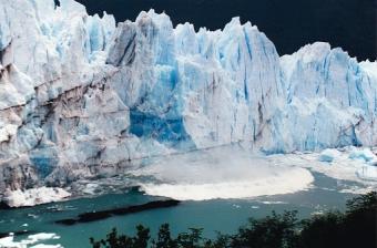 Tsunami wave caused by calving Moreno glacier