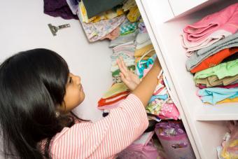 https://cf.ltkcdn.net/kids/images/slide/237828-850x567-girl-organizing-closet.jpg