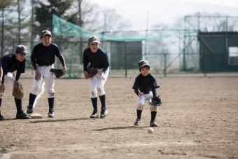https://cf.ltkcdn.net/kids/images/slide/241056-850x567-boys-playing-baseball-game.jpg