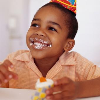 https://cf.ltkcdn.net/kids/images/slide/241243-850x850-birthday_boy_eating_cupcake.jpg