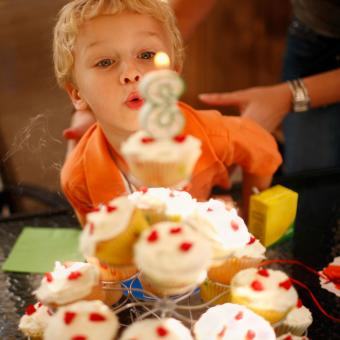 https://cf.ltkcdn.net/kids/images/slide/241245-850x850-blowing-out-candle-cupcake-tower.jpg