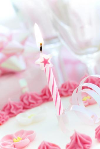 https://cf.ltkcdn.net/kids/images/slide/91910-566x848-pink_trimmed_cake.jpg