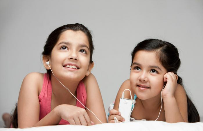 Girls listening to music on mp3 player