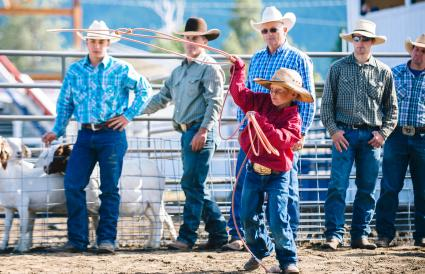 boy throw lasso in rodeo