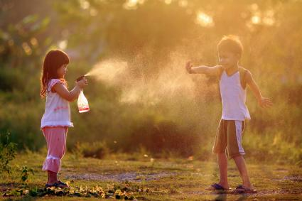 Kids playing spray bottle game