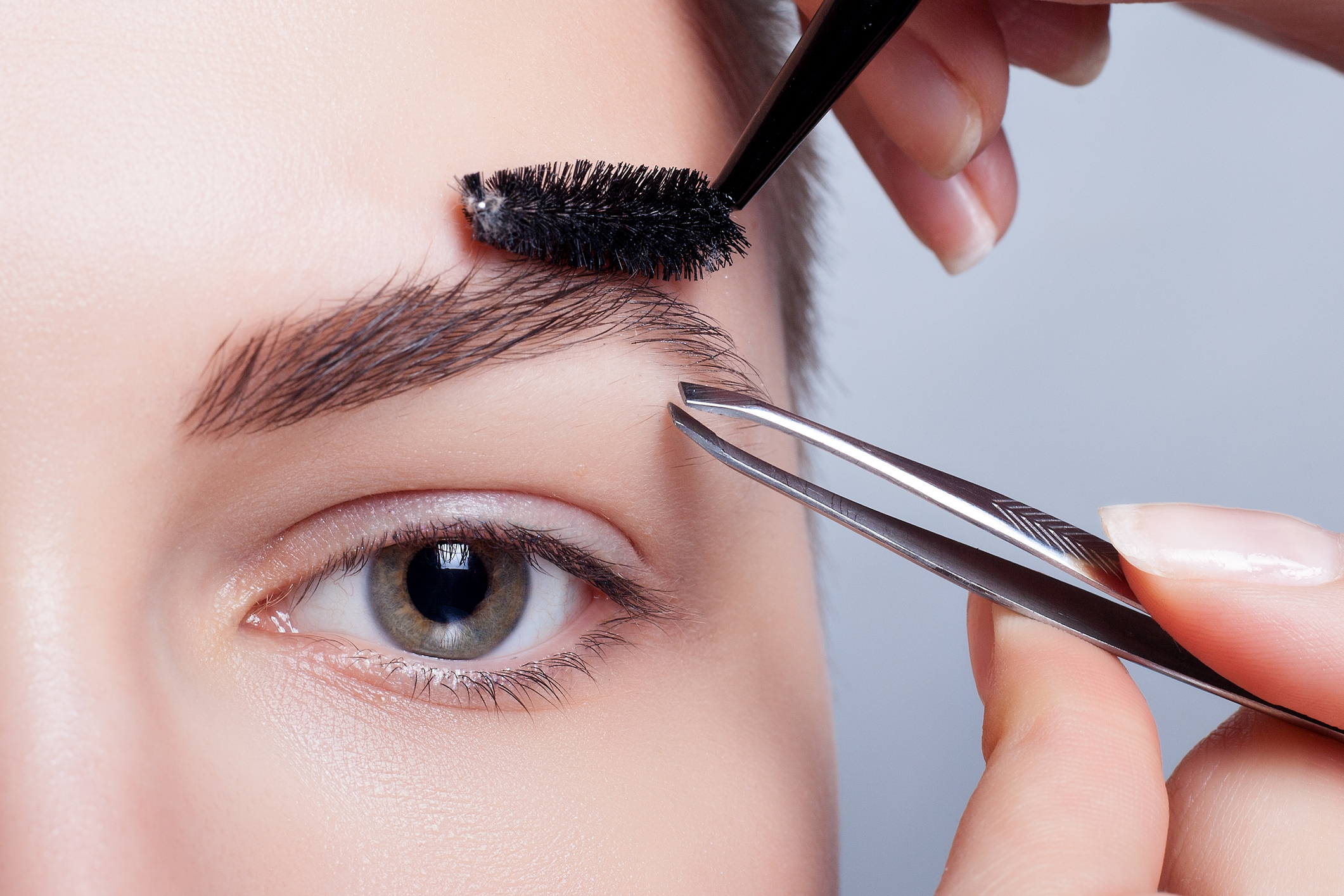 Beautiful eyebrows - is a constant work on them