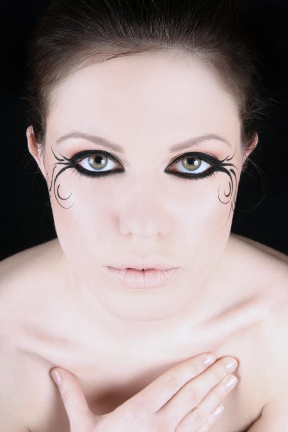 https://cf.ltkcdn.net/makeup/images/slide/148829-566x848r1-eyeliner1.jpg